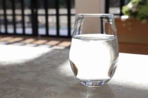 水の入ったコップの写真